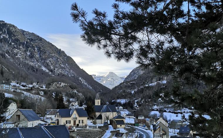 vue du jardin sur le village en hiver
